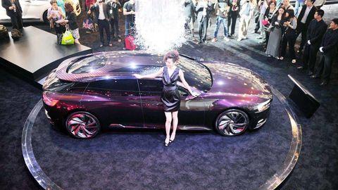Clothing, Tire, Wheel, Automotive design, Vehicle, Land vehicle, Alloy wheel, Car, Automotive wheel system, Automotive tire,