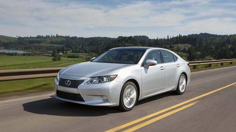 Tire, Wheel, Road, Mode of transport, Automotive design, Daytime, Vehicle, Glass, Automotive mirror, Infrastructure,