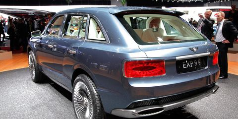 Tire, Wheel, Automotive design, Vehicle, Land vehicle, Car, Automotive tire, Rim, Alloy wheel, Vehicle registration plate,