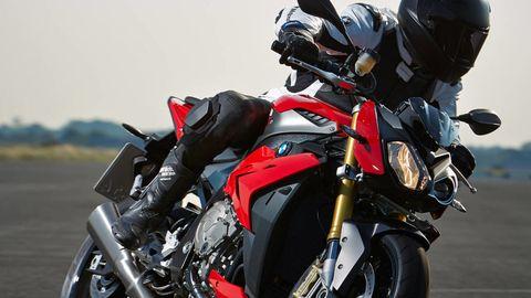 Motorcycle, Automotive design, Automotive lighting, Automotive tire, Rim, Automotive exterior, Motorcycle racing, Fuel tank, Fender, Motorcycle fairing,