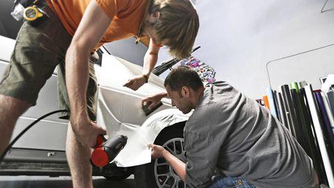 Arm, Automotive design, Alloy wheel, Service, Auto part, Automotive wheel system, Beauty salon, Auto mechanic, Personal grooming, Hair coloring,