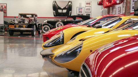 Motor vehicle, Automotive design, Mode of transport, Vehicle, Land vehicle, Automotive exterior, Fender, Automotive lighting, Automotive tire, Classic car,