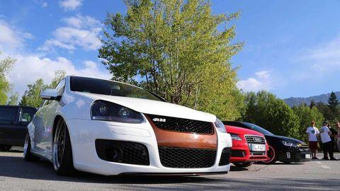 Tire, Wheel, Automotive design, Daytime, Vehicle, Land vehicle, Automotive mirror, Rim, Car, Hood,