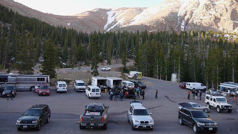 Motor vehicle, Wheel, Land vehicle, Vehicle, Mountainous landforms, Automotive parking light, Car, Mountain range, Mountain, Vehicle registration plate,