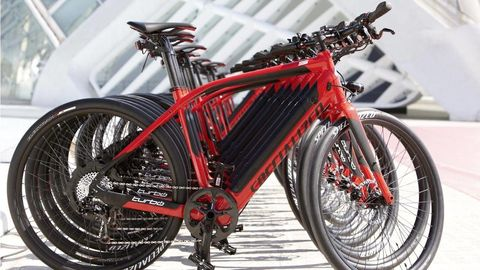 Bicycle tire, Tire, Wheel, Bicycle wheel rim, Mode of transport, Bicycle part, Spoke, Rim, Bicycle fork, Bicycle accessory,