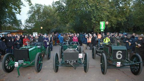 Motor vehicle, Wheel, Mode of transport, Vehicle, Transport, Crowd, Classic, Antique car, Tread, Classic car,