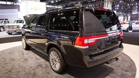 Tire, Motor vehicle, Wheel, Automotive design, Automotive tire, Vehicle, Land vehicle, Automotive exterior, Car, Glass,