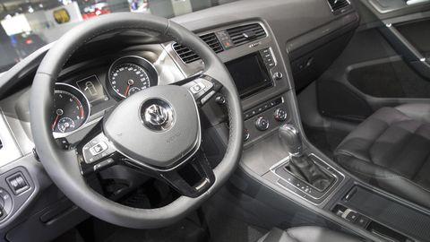 Motor vehicle, Steering part, Automotive design, Steering wheel, Automotive mirror, Center console, White, Vehicle audio, Technology, Speedometer,