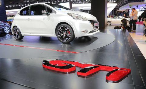 Tire, Motor vehicle, Wheel, Automotive design, Mode of transport, Vehicle, Event, Automotive wheel system, Car, Auto show,
