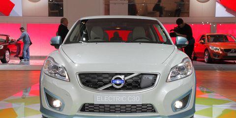 Motor vehicle, Automotive design, Vehicle, Land vehicle, Headlamp, Grille, Car, Automotive lighting, Hood, Glass,