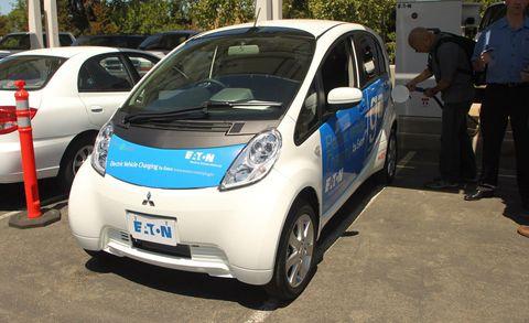 Motor vehicle, Wheel, Mode of transport, Automotive design, Land vehicle, Vehicle, Transport, Car, Vehicle door, Automotive mirror,