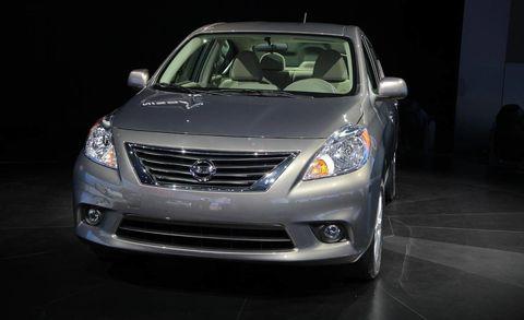 Motor vehicle, Mode of transport, Automotive mirror, Automotive design, Daytime, Vehicle, Glass, Transport, Headlamp, Land vehicle,