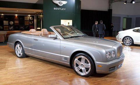 Tire, Wheel, Automotive design, Vehicle, Land vehicle, Rim, Car, Alloy wheel, Personal luxury car, Fender,