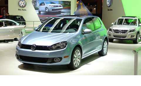 Tire, Motor vehicle, Wheel, Automotive design, Land vehicle, Vehicle, Car, Transport, Alloy wheel, Automotive mirror,