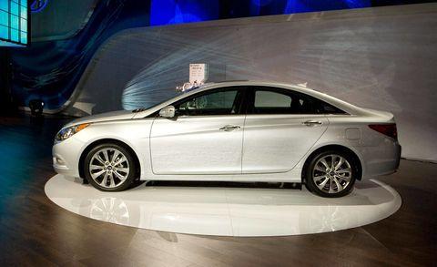 Tire, Wheel, Automotive design, Vehicle, Car, Full-size car, Alloy wheel, Rim, Mid-size car, Fender,