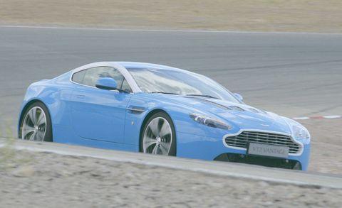 Tire, Wheel, Automotive design, Mode of transport, Vehicle, Rim, Automotive tire, Automotive wheel system, Car, Fender,