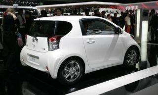 Motor vehicle, Tire, Wheel, Mode of transport, Automotive design, Vehicle, Land vehicle, Automotive mirror, Alloy wheel, Car,