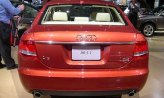Motor vehicle, Mode of transport, Automotive tail & brake light, Vehicle, Automotive design, Land vehicle, Car, Full-size car, Mid-size car, Luxury vehicle,