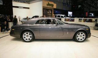 Tire, Wheel, Mode of transport, Transport, Vehicle, Land vehicle, Automotive parking light, Alloy wheel, Rim, Car,