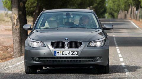 Motor vehicle, Automotive mirror, Mode of transport, Automotive design, Vehicle registration plate, Automotive exterior, Vehicle, Road, Land vehicle, Automotive lighting,