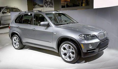 Tire, Wheel, Automotive tire, Vehicle, Automotive design, Land vehicle, Car, Rim, Grille, Spoke,