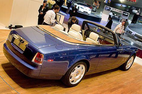 Tire, Wheel, Motor vehicle, Mode of transport, Automotive design, Vehicle, Land vehicle, Transport, Automotive parking light, Car,