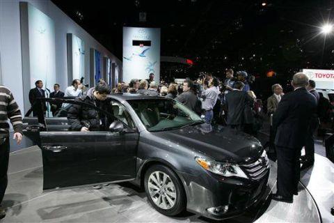Tire, Automotive design, Vehicle, Event, Land vehicle, Car, Personal luxury car, Headlamp, Mid-size car, Luxury vehicle,