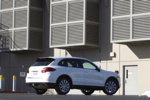 Tire, Wheel, Automotive tire, Vehicle, Land vehicle, Automotive design, Automotive mirror, Rim, Alloy wheel, Automotive parking light,