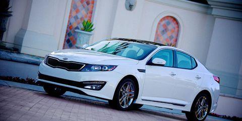 Tire, Wheel, Automotive design, Mode of transport, Vehicle, Car, Glass, Mid-size car, Full-size car, Automotive lighting,