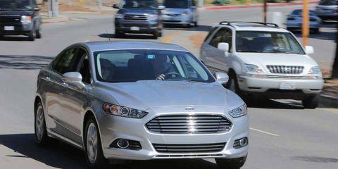 Tire, Motor vehicle, Wheel, Automotive mirror, Vehicle, Land vehicle, Automotive design, Automotive parking light, Grille, Transport,
