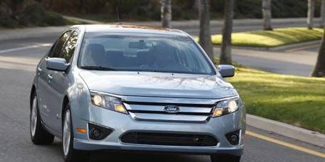 Motor vehicle, Tire, Wheel, Automotive mirror, Mode of transport, Daytime, Vehicle, Automotive design, Road, Glass,