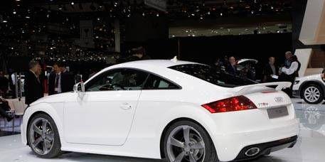 Tire, Wheel, Automotive design, Vehicle, Alloy wheel, Car, Automotive tail & brake light, Automotive tire, Rim, Automotive wheel system,