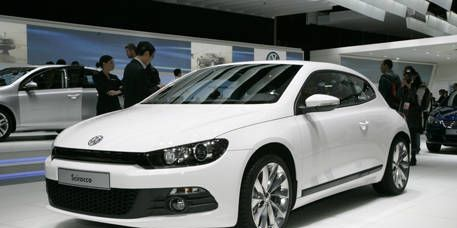 Mode of transport, Automotive design, Automotive mirror, Product, Transport, Vehicle, Land vehicle, Car, Alloy wheel, Glass,