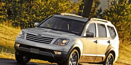 Tire, Wheel, Automotive tire, Automotive design, Vehicle, Land vehicle, Rim, Automotive parking light, Car, Hood,