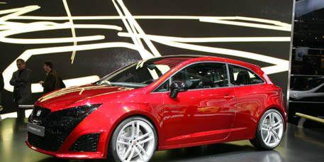 Wheel, Tire, Automotive design, Mode of transport, Vehicle, Land vehicle, Car, Alloy wheel, Red, Rim,