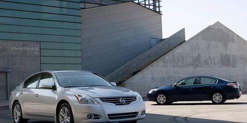 Wheel, Tire, Automotive mirror, Vehicle, Land vehicle, Infrastructure, Transport, Rim, Automotive design, Automotive parking light,