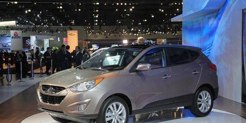 Tire, Motor vehicle, Wheel, Automotive design, Vehicle, Land vehicle, Car, Headlamp, Fender, Automotive lighting,