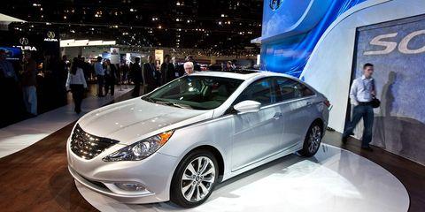 Automotive design, Mode of transport, Vehicle, Land vehicle, Transport, Glass, Car, Headlamp, Automotive lighting, Mid-size car,