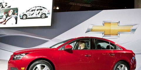 Tire, Wheel, Motor vehicle, Automotive design, Vehicle, Land vehicle, Car, Alloy wheel, Automotive mirror, Automotive lighting,