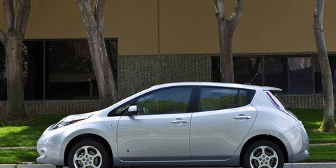 Motor vehicle, Mode of transport, Automotive design, Vehicle, Land vehicle, Automotive mirror, Car, Vehicle door, Alloy wheel, Fender,