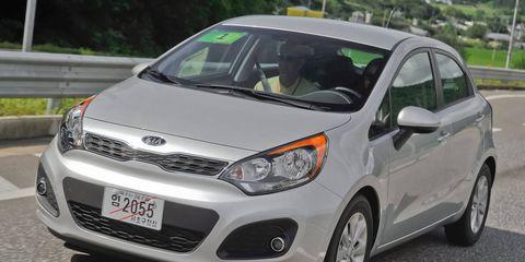 Motor vehicle, Tire, Wheel, Automotive mirror, Mode of transport, Automotive design, Daytime, Vehicle, Headlamp, Glass,