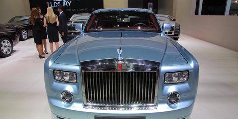 Motor vehicle, Automotive design, Vehicle, Land vehicle, Automotive exterior, Car, Grille, Personal luxury car, Luxury vehicle, Automotive lighting,
