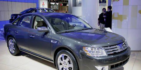 Tire, Wheel, Vehicle, Land vehicle, Car, Rim, Alloy wheel, Automotive lighting, Headlamp, Grille,