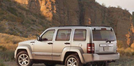 Tire, Wheel, Motor vehicle, Automotive tire, Vehicle, Automotive exterior, Natural environment, Window, Rim, Automotive parking light,