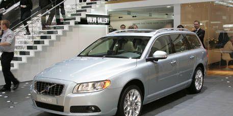 Tire, Wheel, Vehicle, Transport, Land vehicle, Infrastructure, Glass, Car, Headlamp, Automotive lighting,
