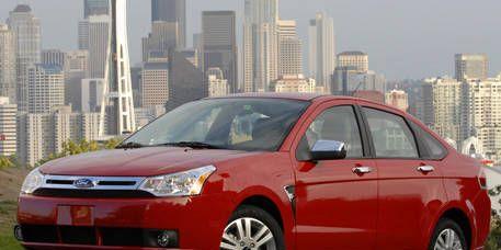 Tire, Wheel, Motor vehicle, Automotive mirror, Mode of transport, Tower block, Daytime, Vehicle, Metropolitan area, Land vehicle,