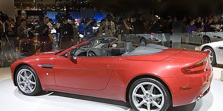 Clothing, Tire, Wheel, Automotive design, Mode of transport, Vehicle, Land vehicle, Performance car, Alloy wheel, Car,