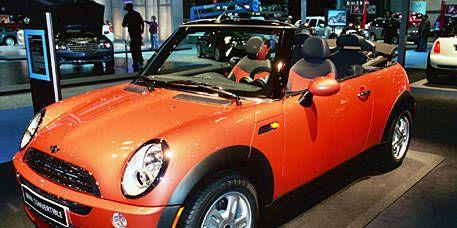 Tire, Wheel, Motor vehicle, Automotive design, Vehicle, Land vehicle, Automotive lighting, Hood, Vehicle door, Headlamp,