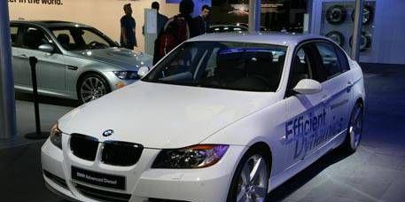 Tire, Wheel, Motor vehicle, Mode of transport, Vehicle, Land vehicle, Vehicle registration plate, Automotive design, Car, Rim,