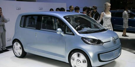 Motor vehicle, Mode of transport, Automotive mirror, Automotive design, Transport, Vehicle, Rim, Car, Alloy wheel, Automotive tire,